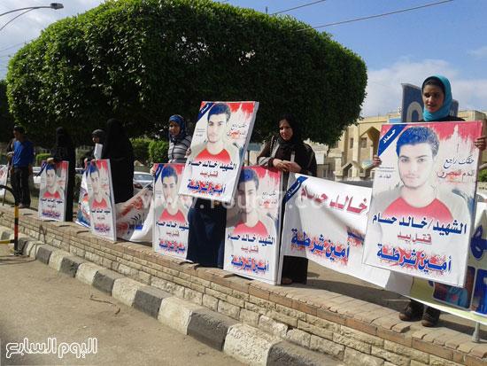 وقفة اهالى الشاب الذى قتلة رقيب الشرطة امام محكمة كفر الشيخ (3)