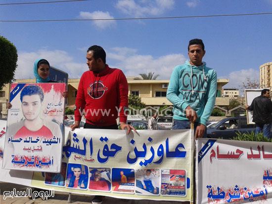 وقفة اهالى الشاب الذى قتلة رقيب الشرطة امام محكمة كفر الشيخ (4)