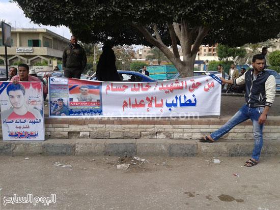 وقفة اهالى الشاب الذى قتلة رقيب الشرطة امام محكمة كفر الشيخ (11)