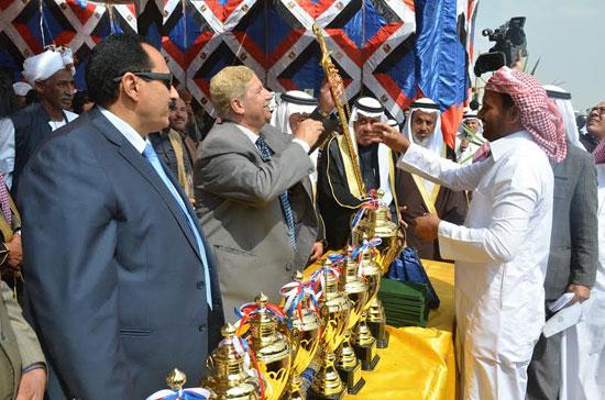 محافظ الإسماعيلية يوزع الجوائز على الفائزين بالمهرجان (4)