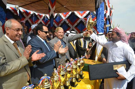محافظ الإسماعيلية يوزع الجوائز على الفائزين بالمهرجان (5)
