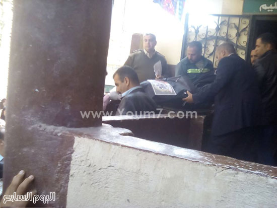 أهالى قرية عليم بمركز أبو حماد ينقلون جثمان الخفير المذبوح (7)
