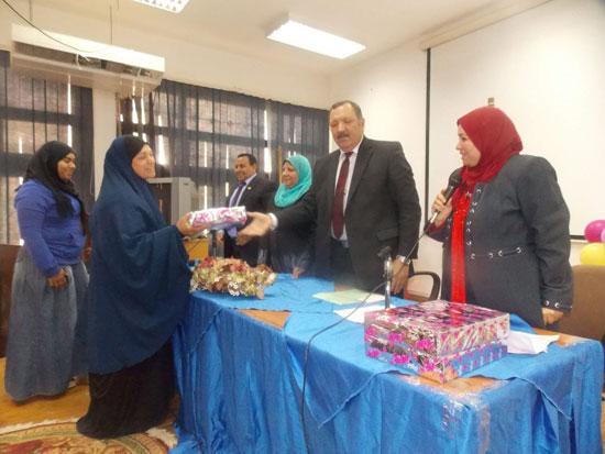 تكريم الامهات بتربية جامعة السويس (1)