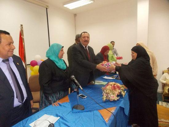 تكريم الامهات بتربية جامعة السويس (2)