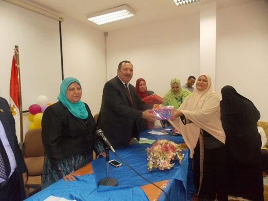 تكريم الامهات بتربية جامعة السويس (4)