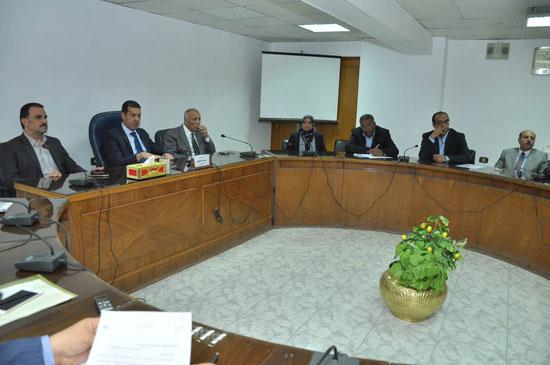 اجتماع محافظ أسيوط لحل مشاكل تراخيص المشاريع السكنية (1)