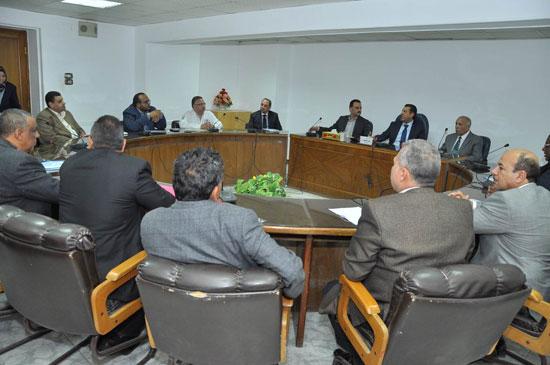 اجتماع محافظ أسيوط لحل مشاكل تراخيص المشاريع السكنية (2)