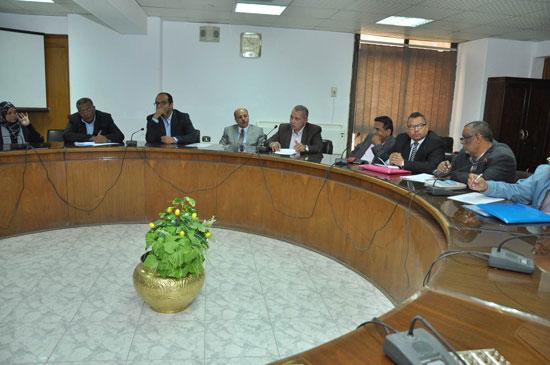 اجتماع محافظ أسيوط لحل مشاكل تراخيص المشاريع السكنية (3)