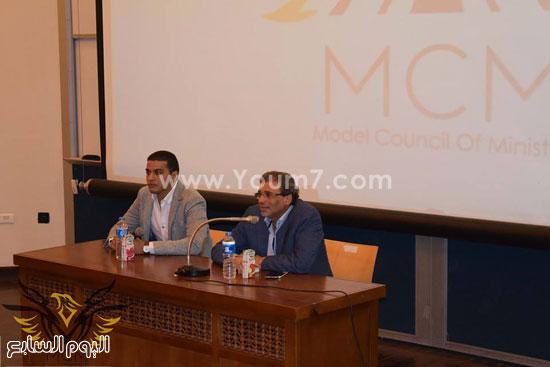 خالد يوسف خلال لقائه طلاب الجامعة الأمريكية (1)