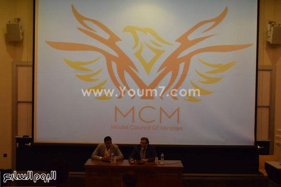 خالد يوسف خلال لقائه طلاب الجامعة الأمريكية (2)