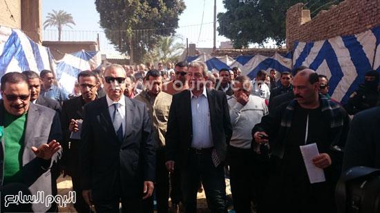 خالد عبد العزيز وعبد الحميد الهجان محافظ قنا ، جولة (3)