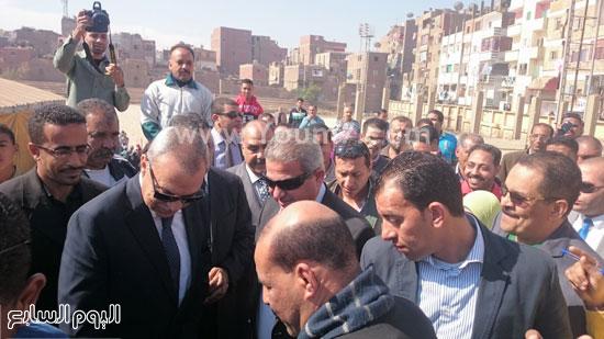 خالد عبد العزيز وعبد الحميد الهجان محافظ قنا ، جولة (7)