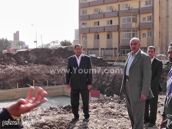 محافظ الغربية يوقف أعمال عقار بناء مخالف (1)