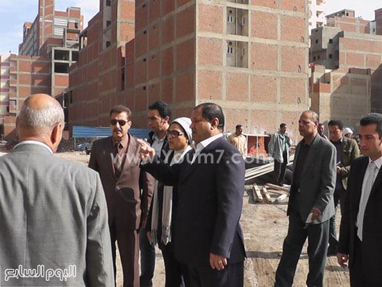 محافظ الغربية يوقف أعمال عقار بناء مخالف (2)