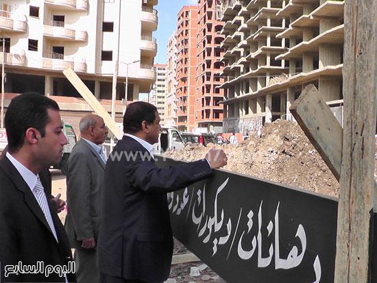 محافظ الغربية يوقف أعمال عقار بناء مخالف (8)