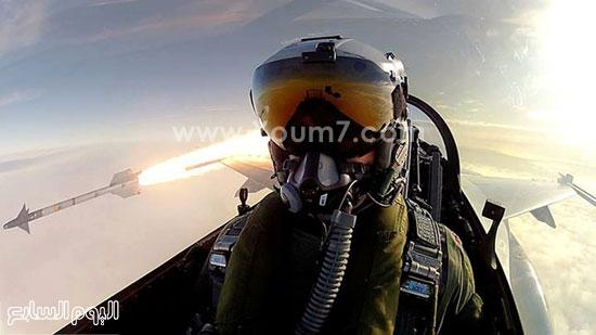 طائر يلتقط سيلفى مع الصاروخ الذى قام بإطلاقه من الطائرة الخاصة به -اليوم السابع -4 -2015