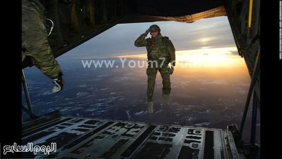 أحد الجنود يقوم بالقفز من الطائرة وهو يلقى التحية العسكرية  -اليوم السابع -4 -2015