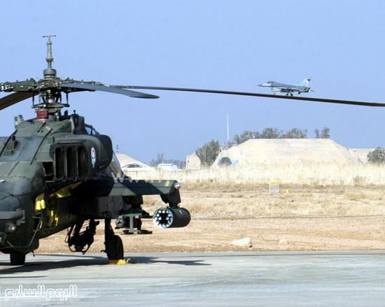 صورة توضح الطائرة الحربية التى تطير كأنها تسير على أحد مراوح طائرة هليكوبتر على الأرض -اليوم السابع -4 -2015