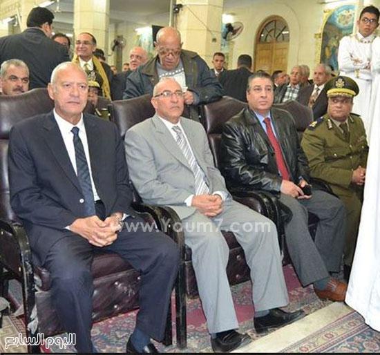 المحافظ ومدير الأمن ونائب المدير فى احتفالات الأقباط بعيد القيامة المجيد -اليوم السابع -4 -2015