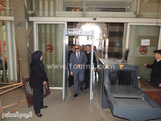 مدير شرطة النقل عند دخوله من بوابة كشف المعادن -اليوم السابع -4 -2015