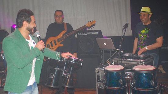 تامر حسنى يداعب أحد فرقته الموسيقية -اليوم السابع -4 -2015