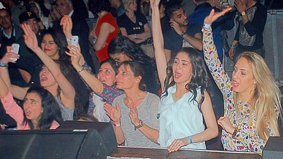 الحاضرون يلوحون ويتفاعلون مع أغانى تامر حسنى -اليوم السابع -4 -2015