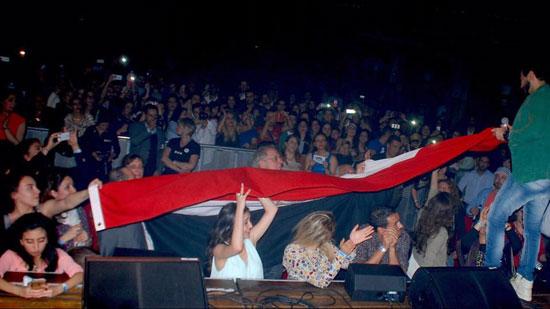 تامر حسنى يمسك مع جمهوره علم مصر -اليوم السابع -4 -2015