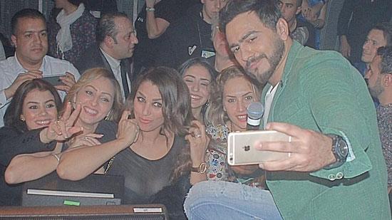 تامر حسنى يلتقط سلفى مع معجبيه -اليوم السابع -4 -2015