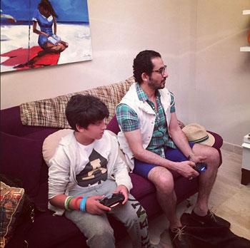 أحمد حلمى مع عبد الرحمن يلعبان البلاى ستيشن -اليوم السابع -4 -2015