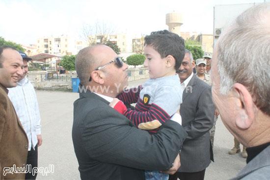 المحافظ يداعب طفلا أثناء احتفال شم النسيم -اليوم السابع -4 -2015