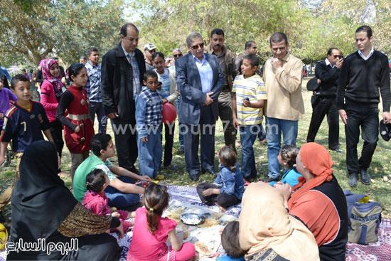 المحافظ يلتقى بإحدى الأسر بحدائق الملاحة -اليوم السابع -4 -2015