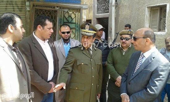 اللواء يونس الجاحر مدير أمن الفيوم مع أسرة زاهية -اليوم السابع -4 -2015