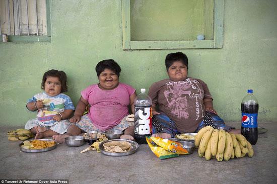 يتناولون خلال أسبوع واحد كميات طعام ضخمة تكافئ ما يتناوله عائلتان لمدة شهر كامل -اليوم السابع -4 -2015