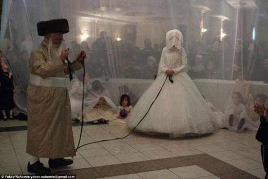طبقاً لتعاليم اليهود الأرثوذكس يمنع على أى رجل أن يلمس أى امرأة غير زوجته  -اليوم السابع -4 -2015