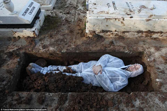 يهودى متمدد فى قبر بعد إزالة جثته منه لاعتقاده بأن هذا من شأنه أن يطيل عمره -اليوم السابع -4 -2015