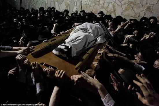 آلاف اليهود مجتمعين فى جنازة رابى يوسف شالوم فى القدس -اليوم السابع -4 -2015