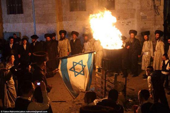 اليهود الأرثوذكس يحرقون العلم الإسرائيلى فى ذكرى وفاة العامل اليهودى
