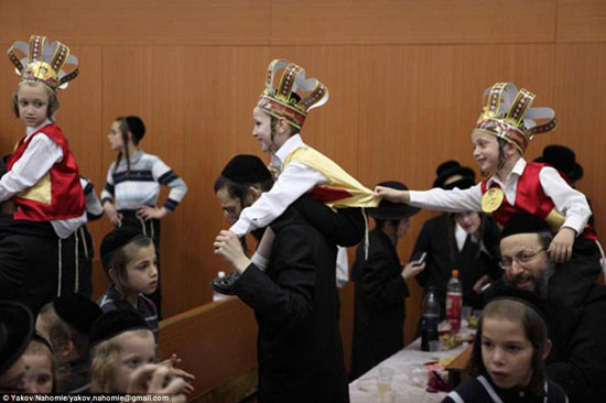 احتفال نزول الكتاب اليهودى المقدس