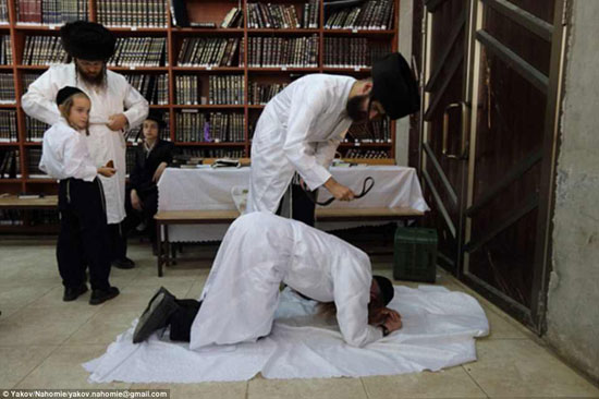 طبيب متشدد يجلد مريض قبل أن يعالجه ليخلصه من الذنوب قبل أن يبدأ فى علاجه -اليوم السابع -4 -2015