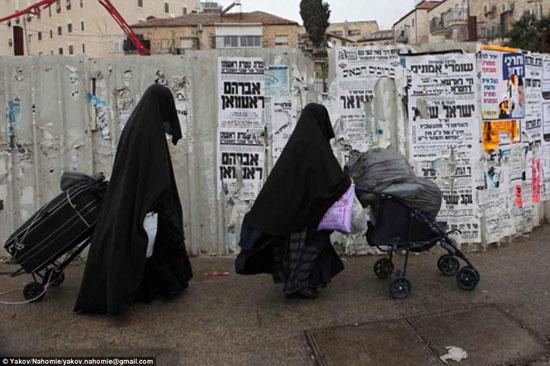 يهوديتان متشددان يرتديان ما يشبه النقاب لتغطية وجههما عند المرور من الحى اليهودى -اليوم السابع -4 -2015