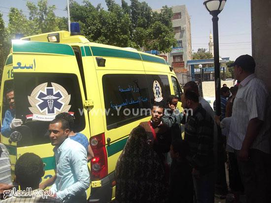 سيارات الإسعاف تنقل المصابين -اليوم السابع -4 -2015