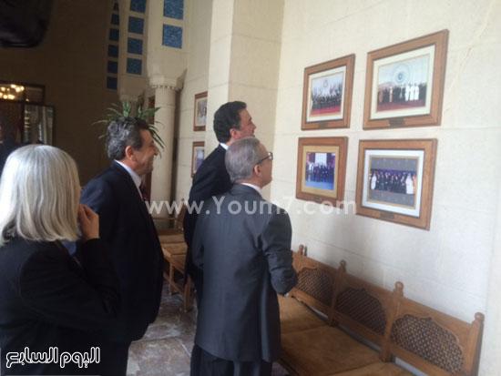 الأمير بندر والسفير قطان يطالعان صورة لإحدى القمم العربية -اليوم السابع -4 -2015