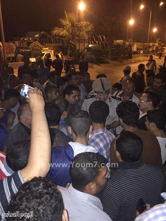 حكمدار المديرية يتفاوض مع الأهالى لفض التجمهر -اليوم السابع -4 -2015