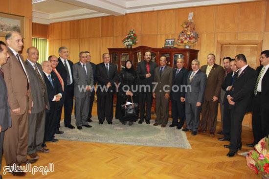 رئيس الجامعة ونوابه وعميد كليه التجارة فى الاحتفال -اليوم السابع -4 -2015