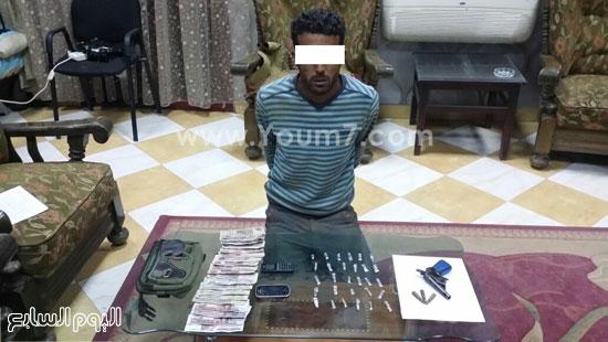 أحد المتهمين بمركز سوهاج وبحوزته قطع المخدرات ومبالغ البيع -اليوم السابع -4 -2015
