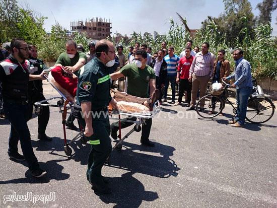 رجال الإسعاف ينقلون مصابين -اليوم السابع -4 -2015