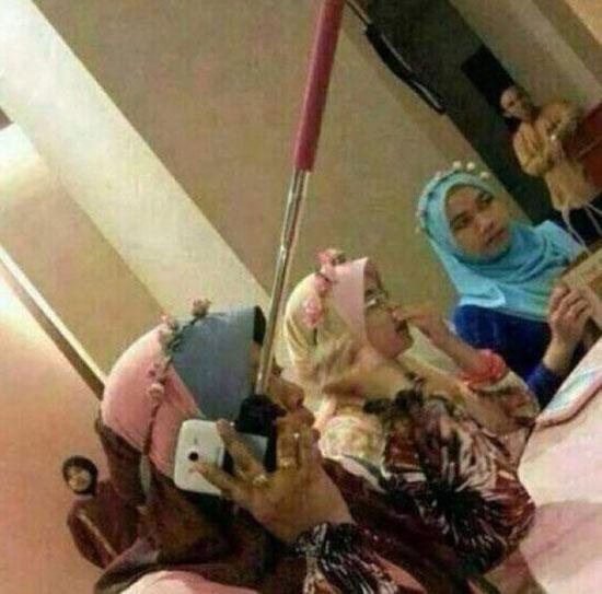 صورة تثبت بالدليل القاطع أنه لا يمكن التحدث فى الهاتف بينما تثبته فى عصا السيلفى -اليوم السابع -4 -2015
