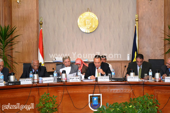 محافظ الإسماعيلية ورئيس الجامعة اثناء الاجتماع -اليوم السابع -4 -2015