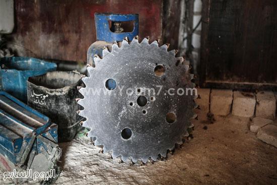 إحدى آلات قطع الحجر الجيرى فى محاجر الصعيد. -اليوم السابع -4 -2015