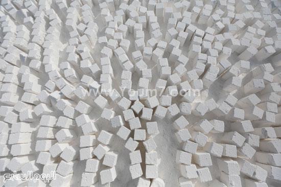 يدخل فى صناعة الحديد والصلب حيث يضاف إلى الفحم وخام الحديد فى الأفران العالية، حيث يخفض من درجة انصهار خام الحديد. -اليوم السابع -4 -2015
